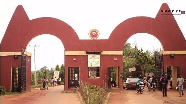 It was a horrible sight to watch yesterday, when a female student of Auchi Polytechnic, Edo State was seen fighting with a lecturer of the school, thereby tearing his shirt.