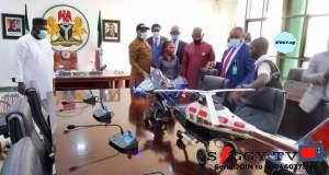 Enugu state Governor Rt Hon ifeanyi Ugwuanyi offers scholarships to Enugu, Anambra-born young inventors of aircraft, MP3 radio set.